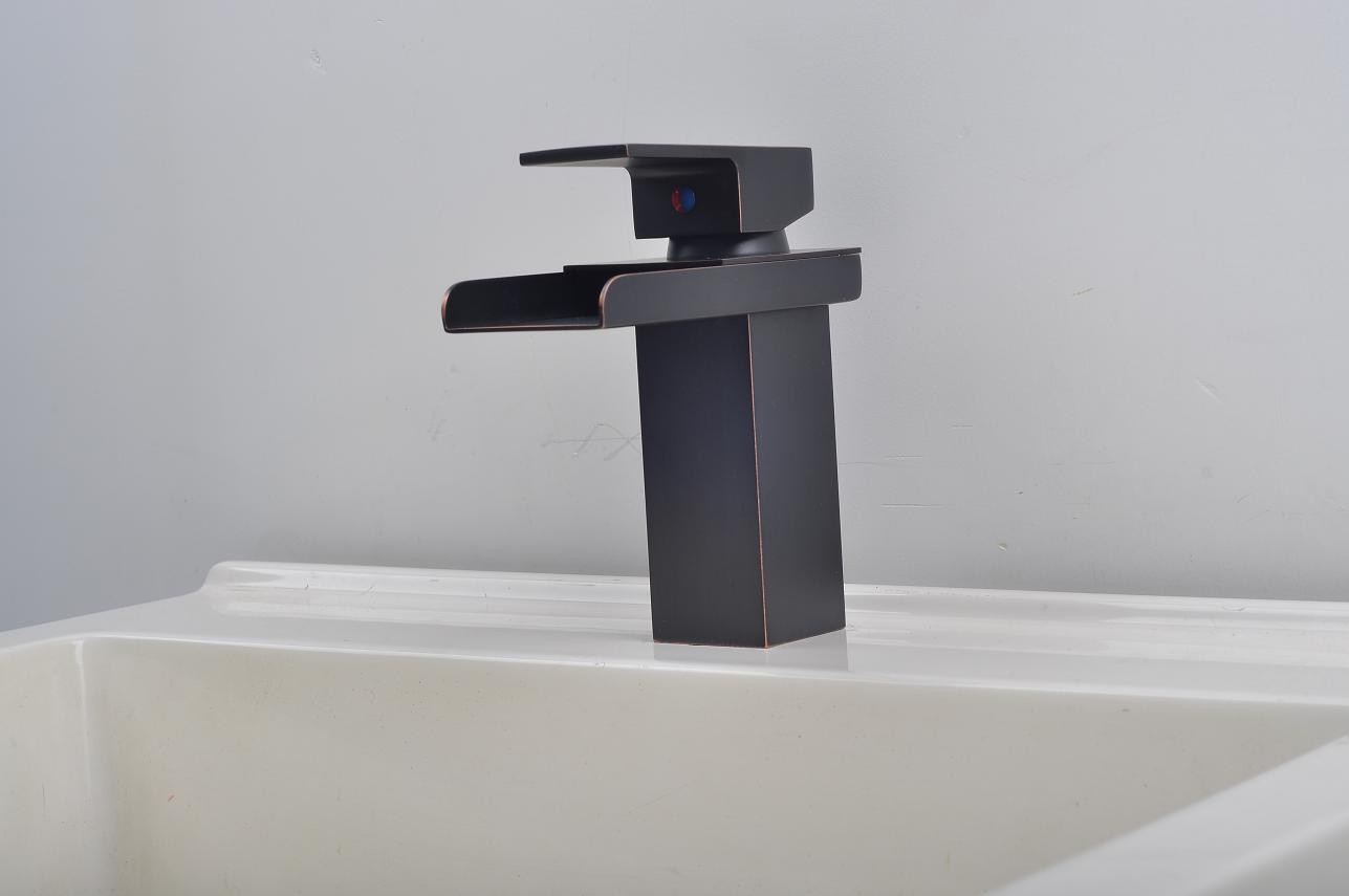 Bathroom Sink Faucet In Modern Style Single Handle